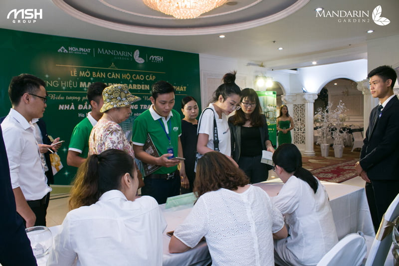 Khách hàng check-in tại sự kiện mở bán Mandarin Garden 2