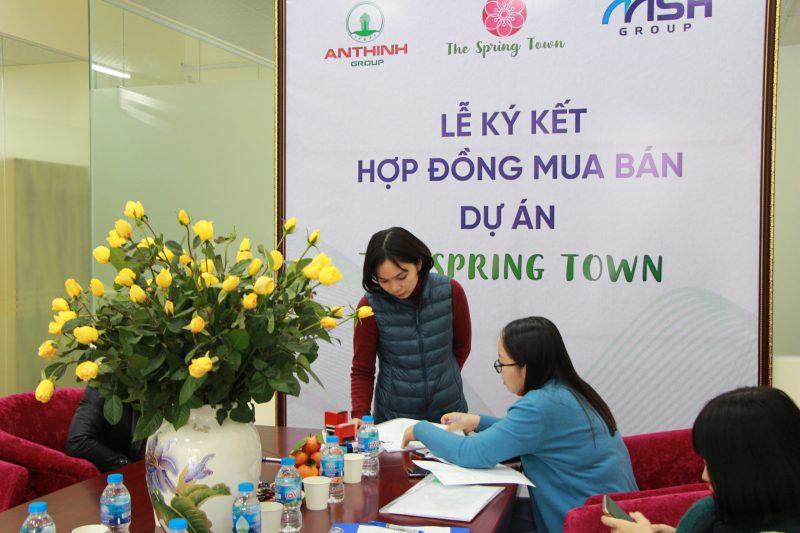 Ky hop dong mua ban The Spring Town Xuan Mai